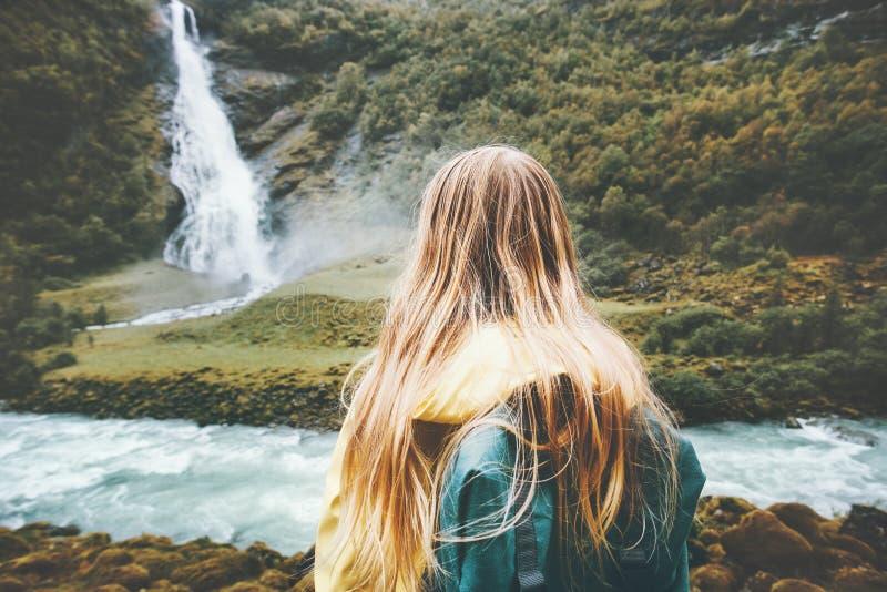 Mujer del Backpacker que disfruta de la cascada y del paisaje del bosque imágenes de archivo libres de regalías