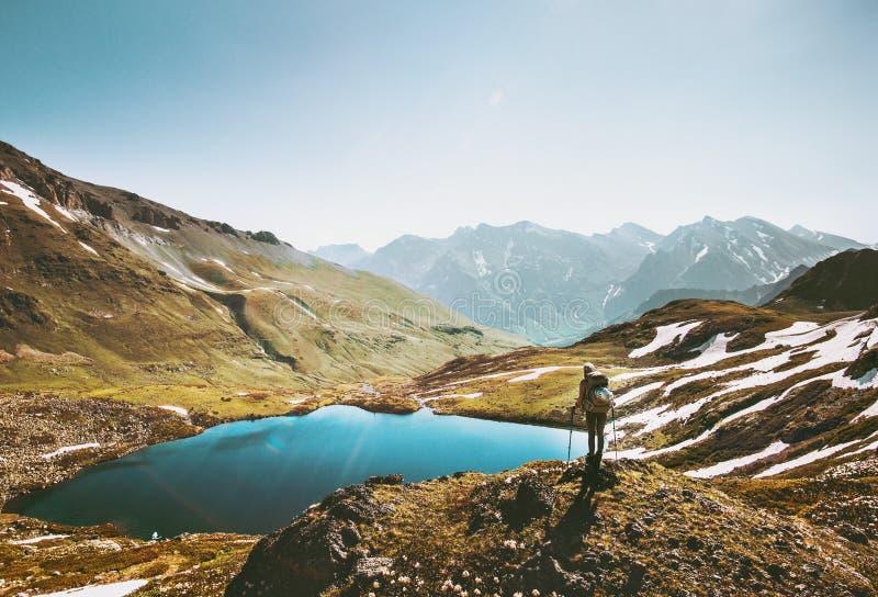 Mujer del Backpacker que goza del lago en montañas imagenes de archivo