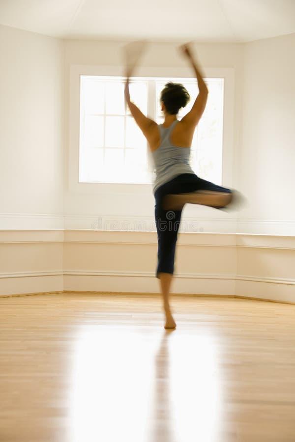 Mujer del baile en el movimiento fotografía de archivo libre de regalías