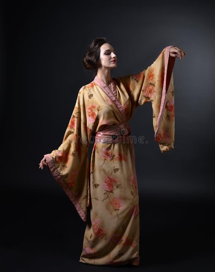 Mujer del baile en kimono japonés tradicional en fondo negro fotografía de archivo libre de regalías
