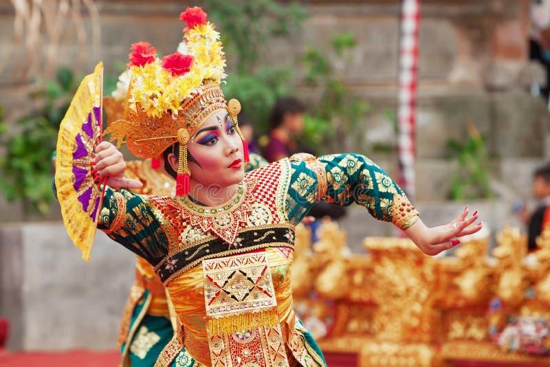 Mujer del Balinese que baila la danza tradicional Legong del templo imagen de archivo libre de regalías