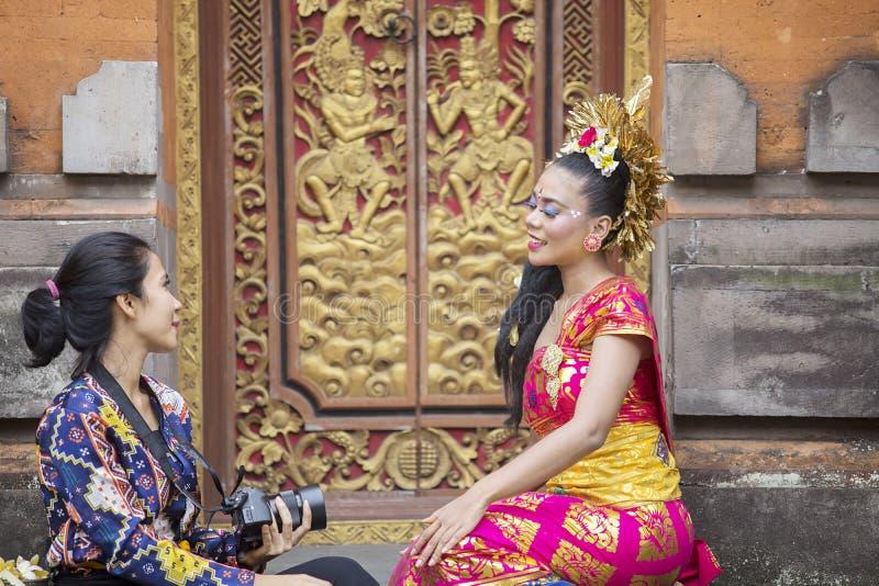 Mujer del Balinese que habla con un fotógrafo fotos de archivo libres de regalías