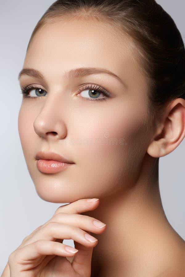 Mujer del balneario Cara natural de la belleza Muchacha hermosa que toca su cara Piel perfecta Skincare Piel joven Clavos Manicur fotos de archivo