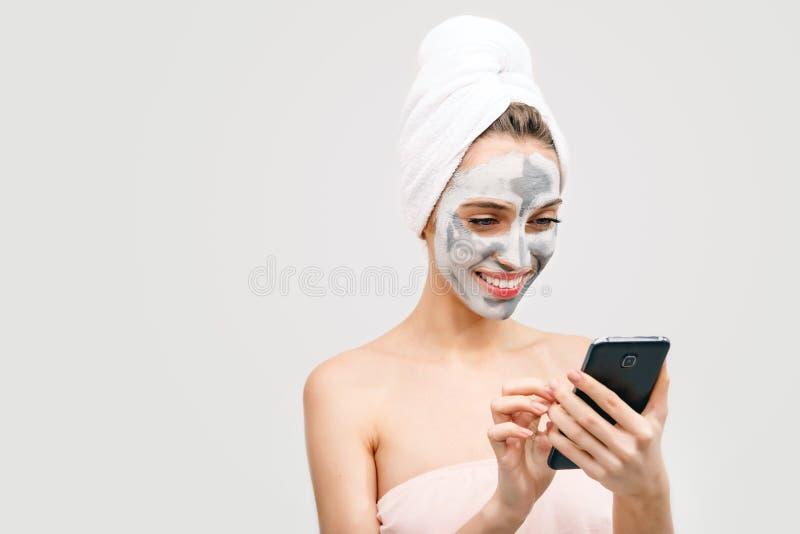 Mujer del balneario con Smartphone imágenes de archivo libres de regalías