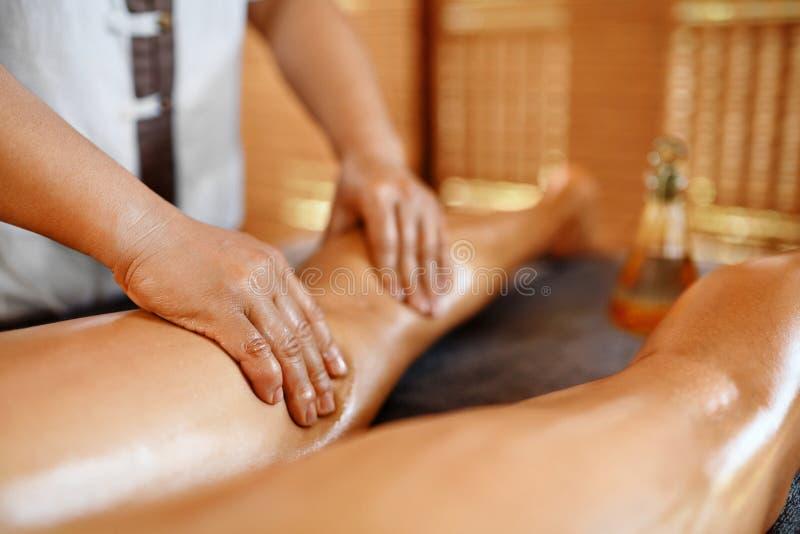 Mujer del balneario Cuidado de la carrocería Terapia del masaje del aceite de las piernas Cuidado de piel fotografía de archivo libre de regalías