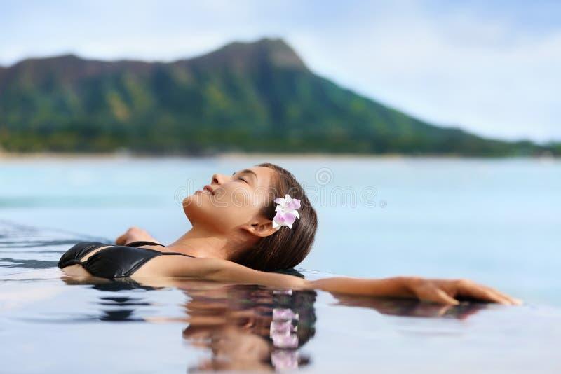 Mujer del balneario de la piscina de la salud de las vacaciones de Hawaii que se relaja imagen de archivo libre de regalías