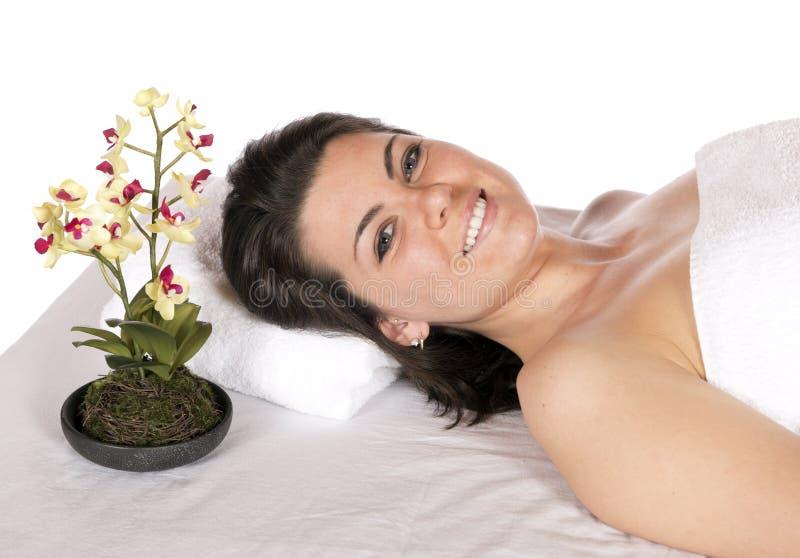 Mujer del balneario del día en el aroma de la tabla del masaje fotografía de archivo libre de regalías