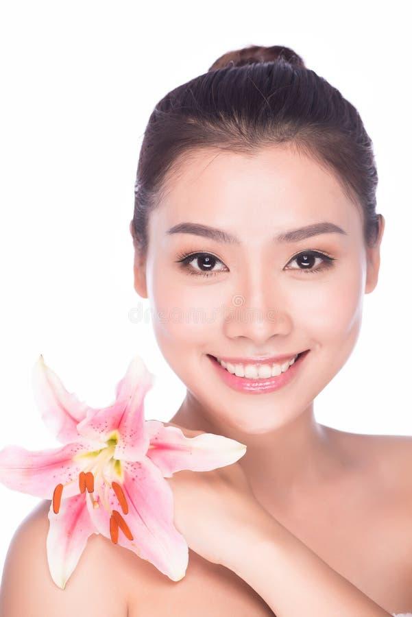 Mujer del balneario del verano con maquillaje y la flor del color de rosa de la belleza imagenes de archivo