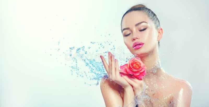 Mujer del balneario La muchacha sonriente de la belleza con salpica del agua y subió en sus manos imagen de archivo libre de regalías