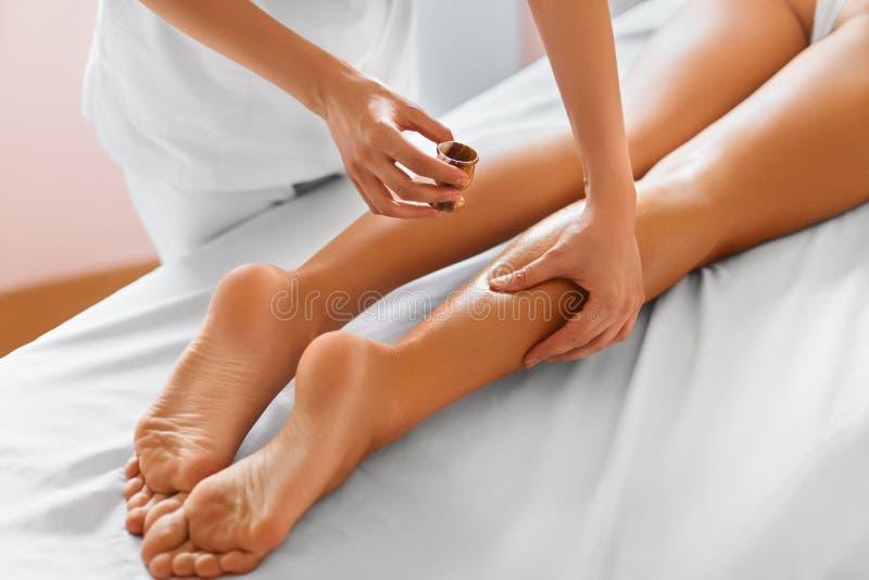 Mujer del balneario Primer de la mujer que consigue el tratamiento del balneario Masaje de las piernas imágenes de archivo libres de regalías