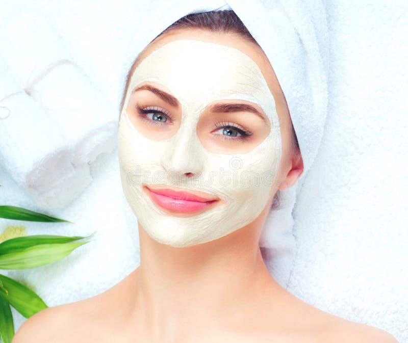 Mujer del balneario que aplica la máscara facial foto de archivo libre de regalías