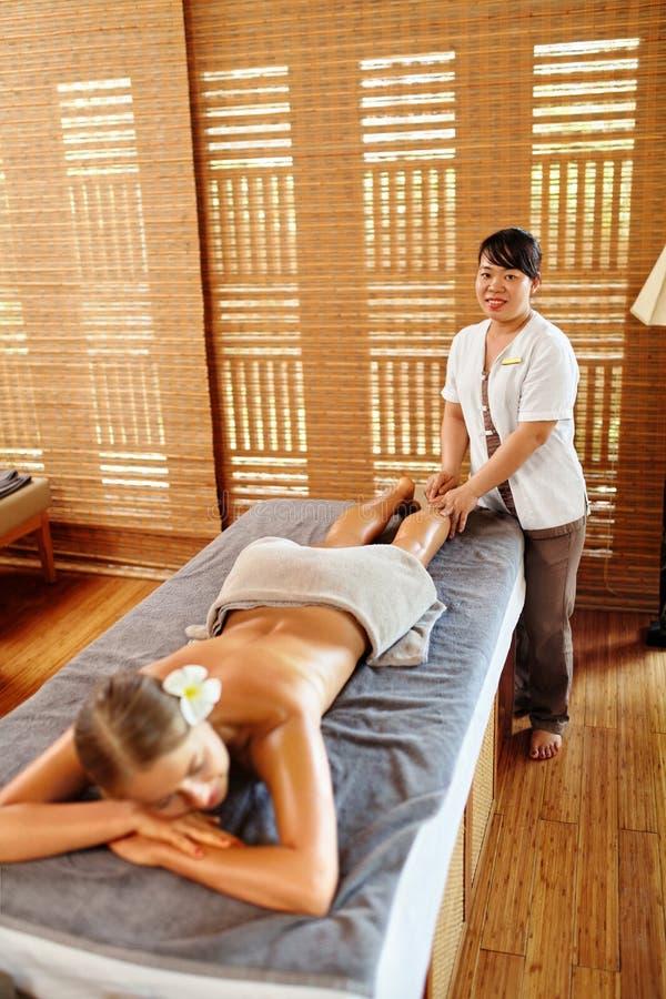 Mujer del balneario Terapia del masaje de la pierna del aceite, tratamiento Cuidado de piel del cuerpo fotografía de archivo libre de regalías