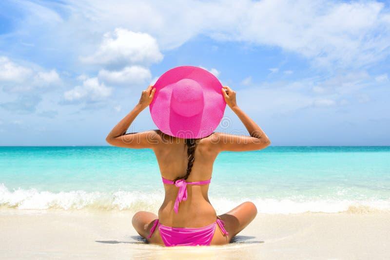 Mujer del bikini del rosa del paraíso de las vacaciones de la playa que se relaja foto de archivo libre de regalías