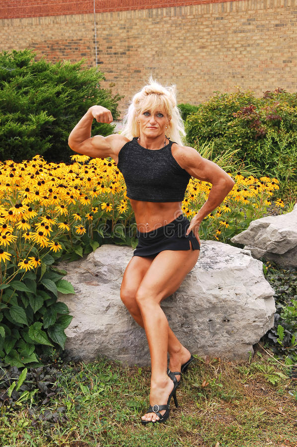 Mujer del Bodybuilding en la localización. foto de archivo
