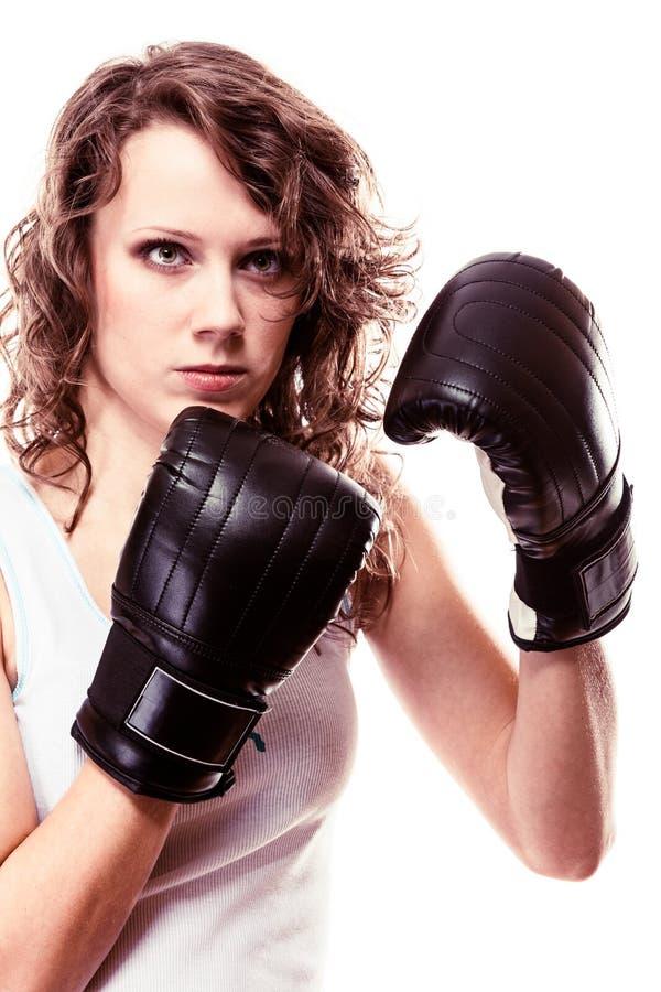 Mujer del boxeador del deporte en guantes negros Boxeo de retroceso del entrenamiento de la muchacha de la aptitud imagen de archivo