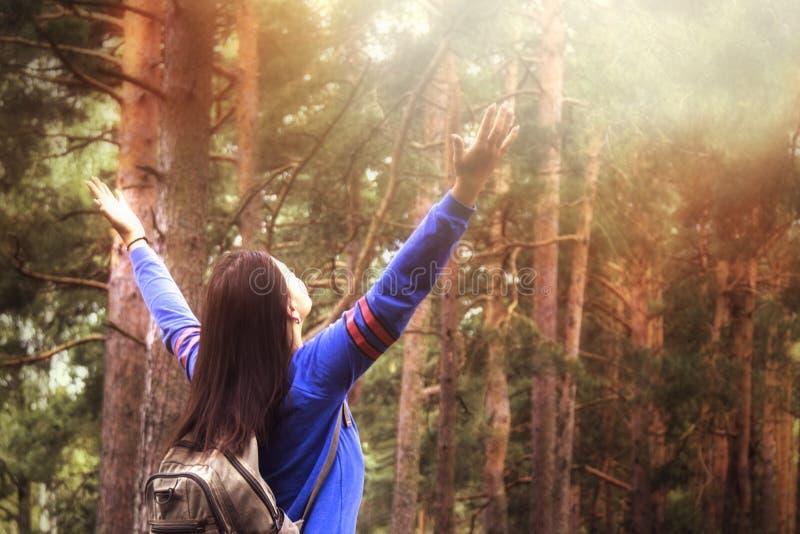 Mujer del caminante con los brazos aumentados para arriba en la naturaleza al aire libre, visión trasera imagenes de archivo