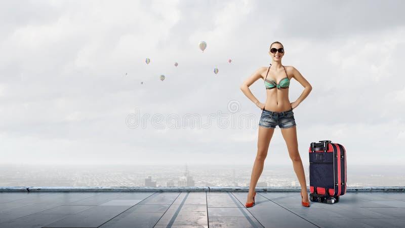 Mujer del caminante de tirón en el camino foto de archivo