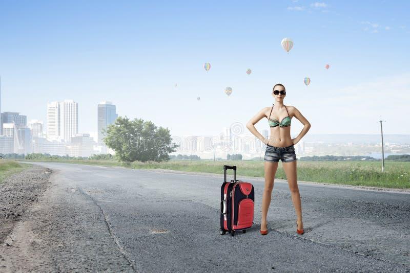 Mujer del caminante de tirón en el camino foto de archivo libre de regalías