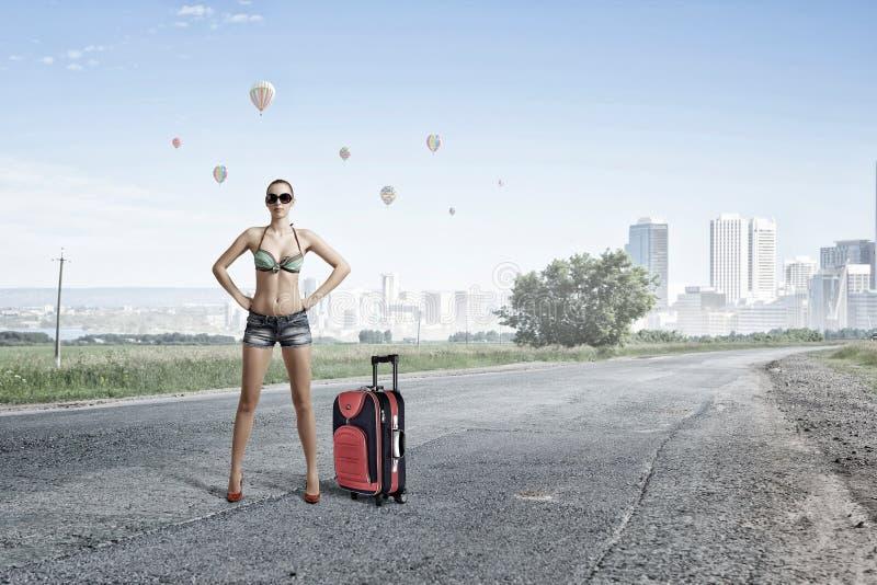 Mujer del caminante de tirón en el camino Técnicas mixtas foto de archivo libre de regalías