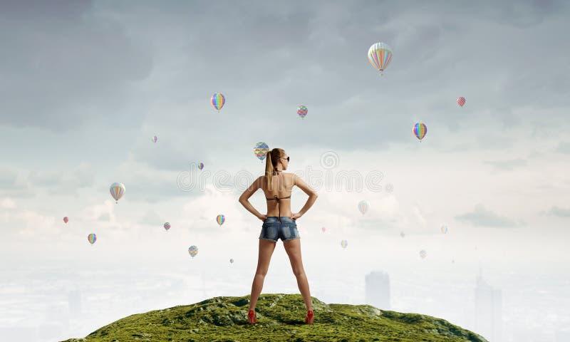 Mujer del caminante de tirón en el top Técnicas mixtas foto de archivo libre de regalías