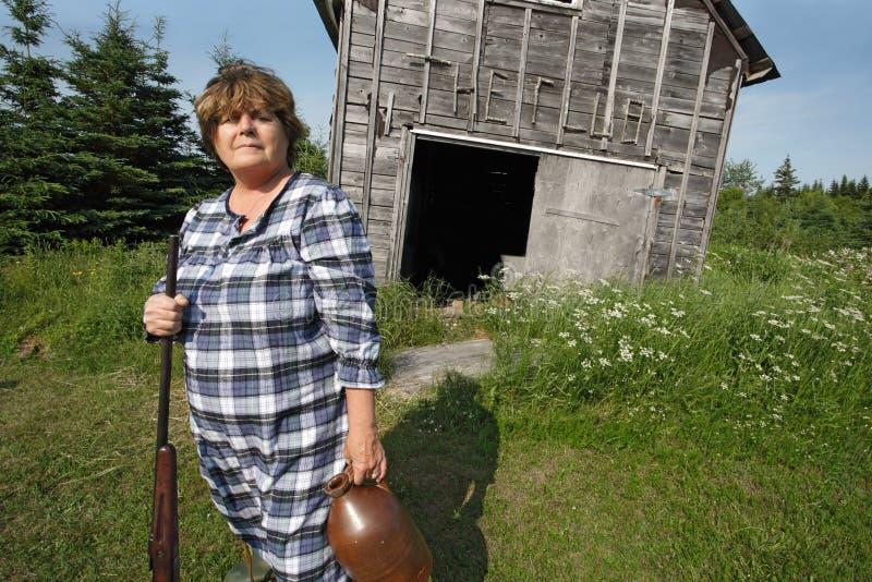 Mujer del campesino sureño con el arma imagen de archivo