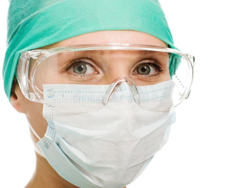Mujer del cirujano en vidrios y máscara protectores foto de archivo libre de regalías