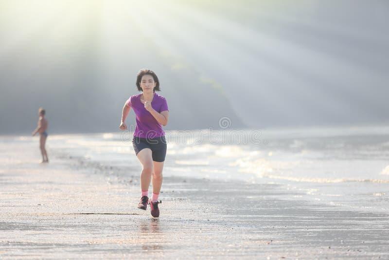 Mujer del corredor de la aptitud en la playa, Krabi, Tailandia fotos de archivo