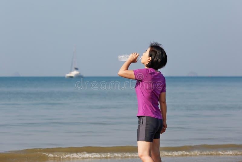 Mujer del corredor de la aptitud en la playa, Krabi, Tailandia foto de archivo