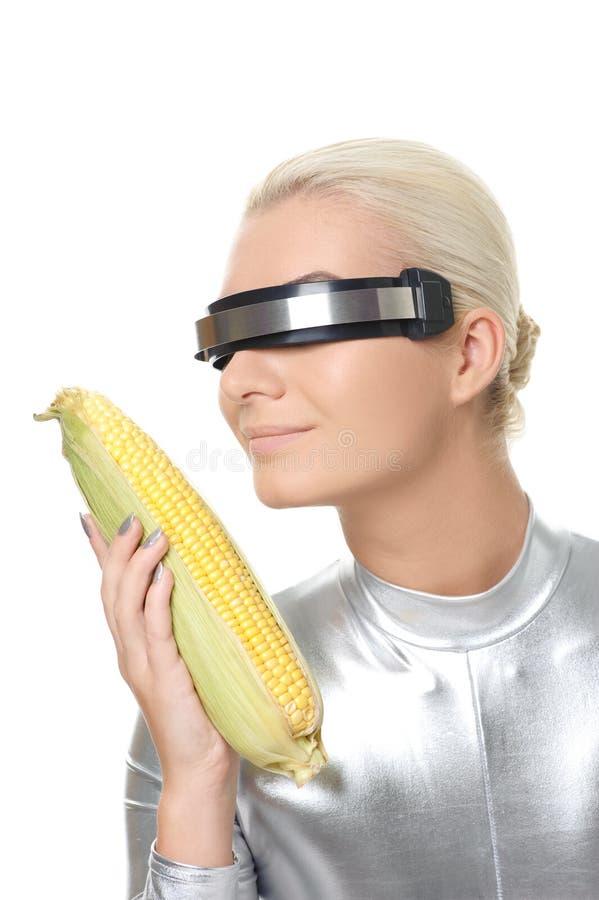 Mujer del Cyber con un maíz imagen de archivo
