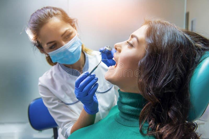 Mujer del dentista con el paciente foto de archivo libre de regalías