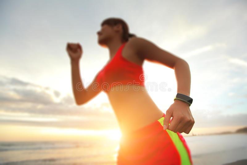 Mujer del deporte de la salud con el reloj elegante imagen de archivo