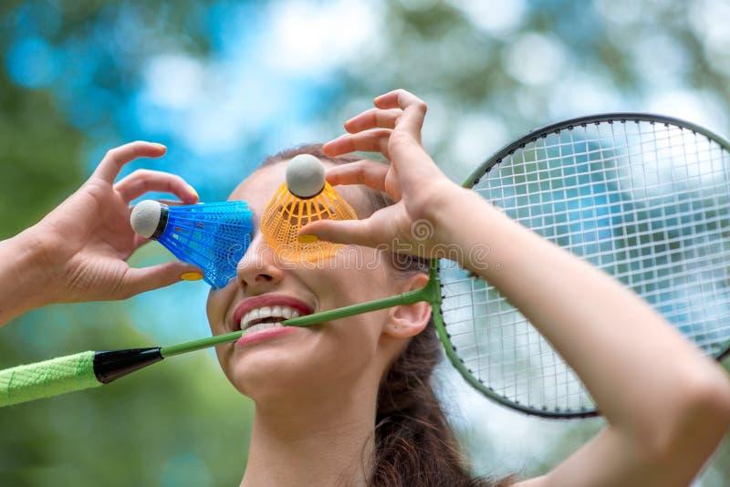 Mujer del deporte que juega a bádminton imagenes de archivo
