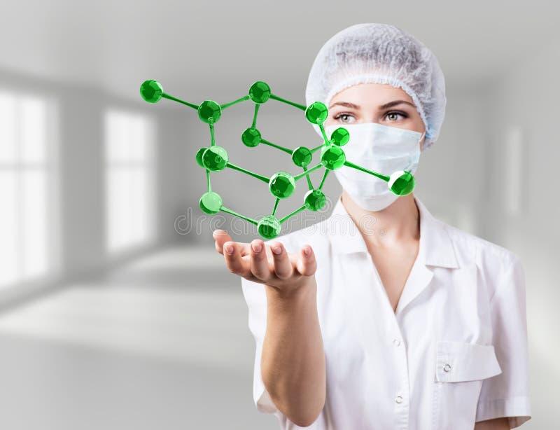 Mujer del doctor demostrar las moléculas virtuales en manos fotografía de archivo libre de regalías
