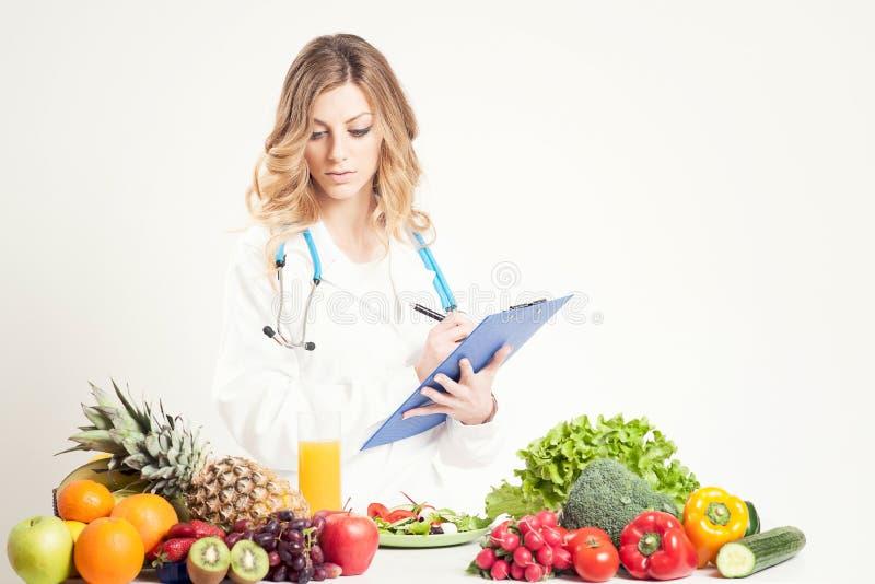 Mujer del doctor del nutricionista Aislado en blanco foto de archivo libre de regalías