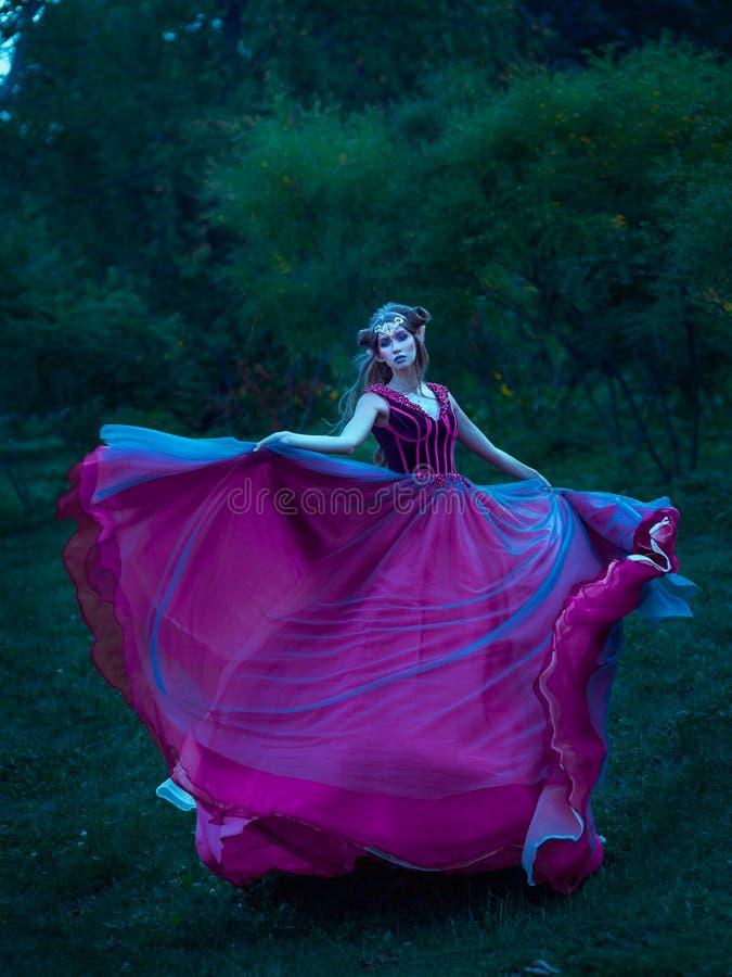 Mujer del duende en el vestido violeta fotografía de archivo