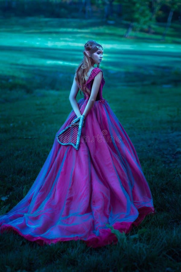 Mujer del duende en el vestido violeta fotos de archivo