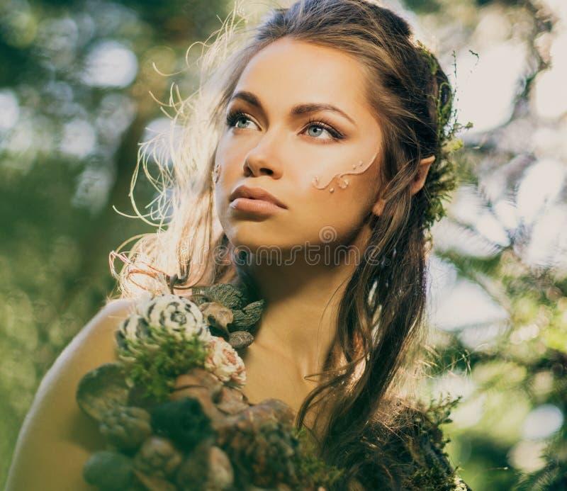 Mujer del duende en un bosque fotografía de archivo libre de regalías