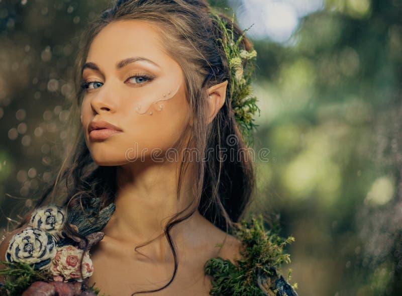 Mujer del duende en un bosque foto de archivo