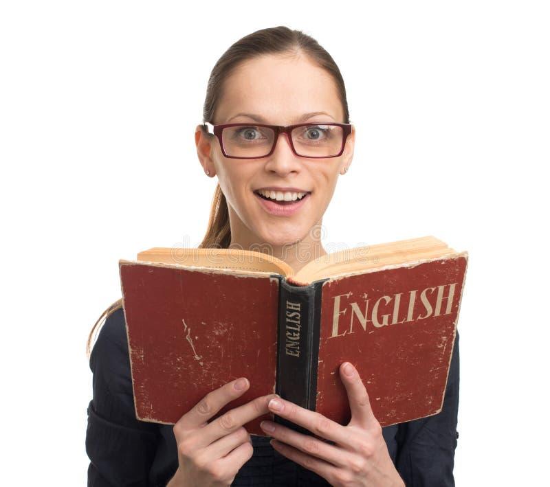 Mujer del empollón que lee un libro inglés imagenes de archivo