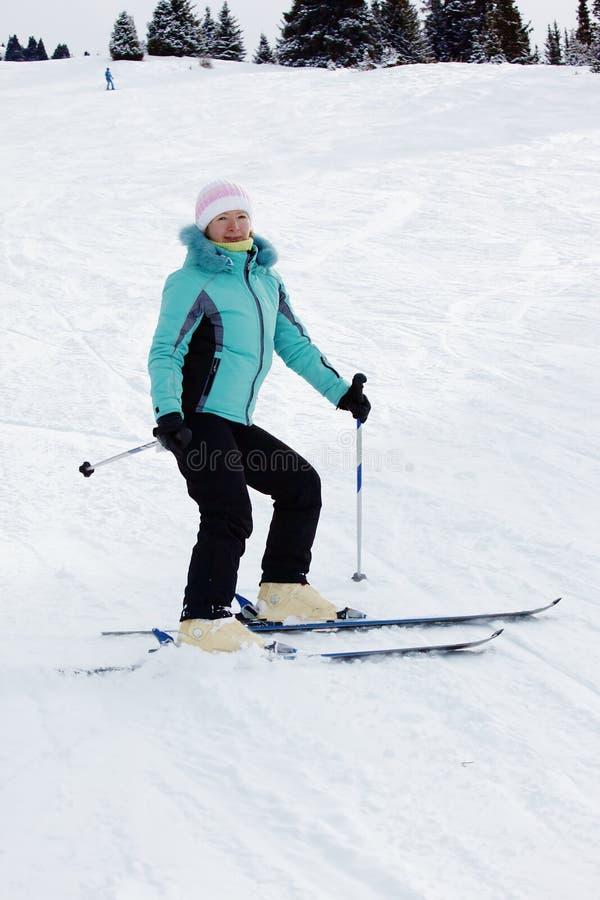 Mujer del esquí en centro turístico de montaña fotografía de archivo libre de regalías