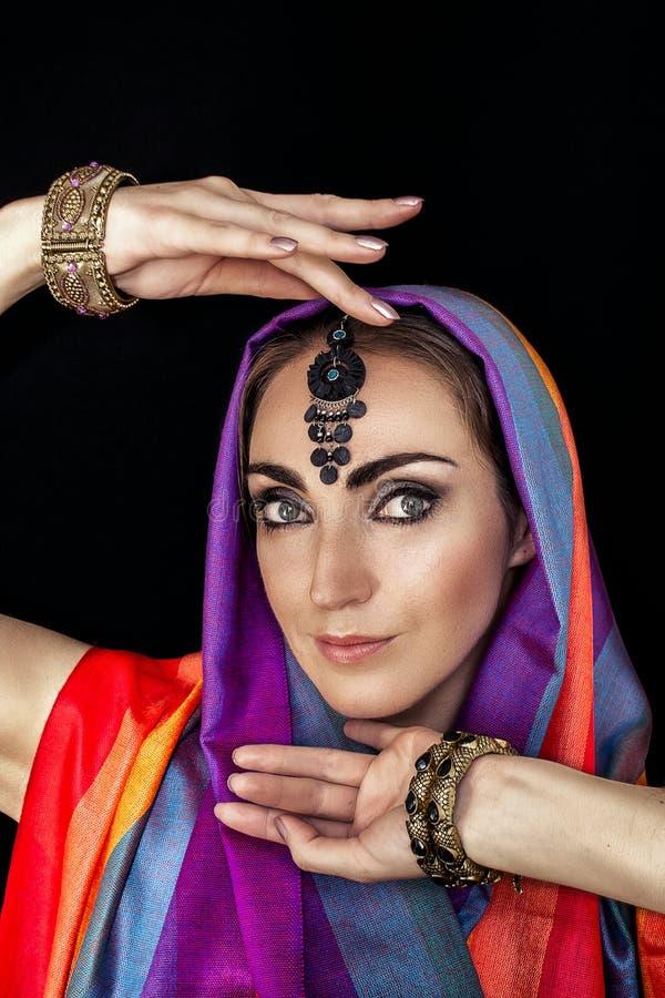 Mujer del este en burqa con las joyas en un fondo negro imágenes de archivo libres de regalías
