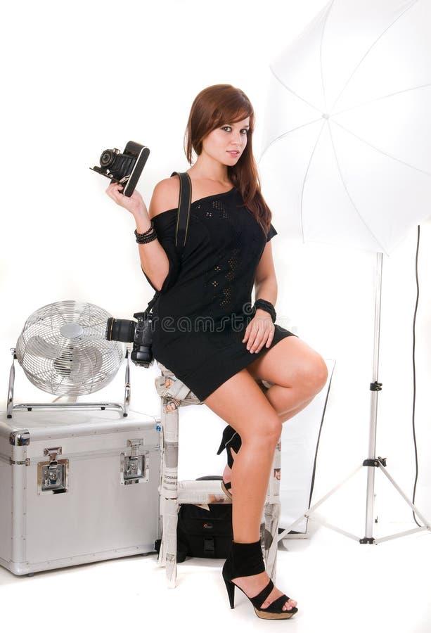 Mujer del fotógrafo con el equipo de la foto fotografía de archivo libre de regalías