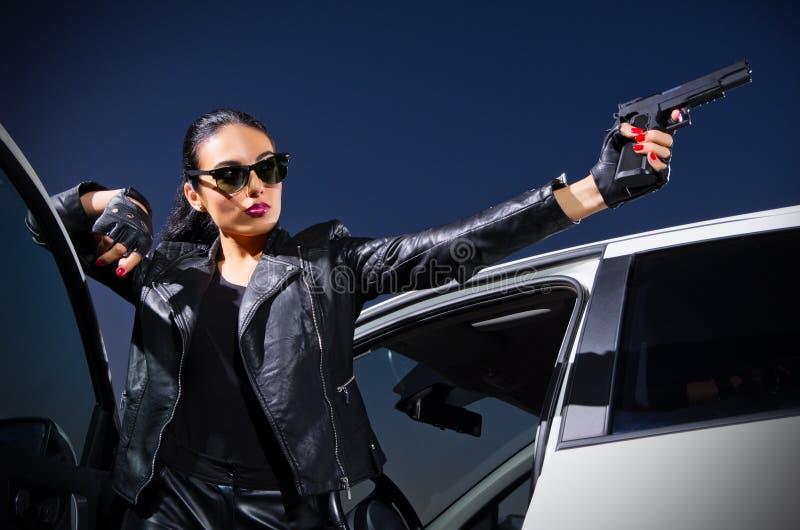 Mujer del gángster con el arma fotografía de archivo libre de regalías