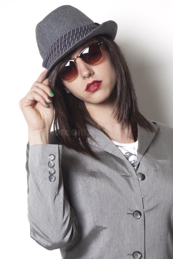 Mujer del gángster que lleva un sombrero y una mirada fotografía de archivo