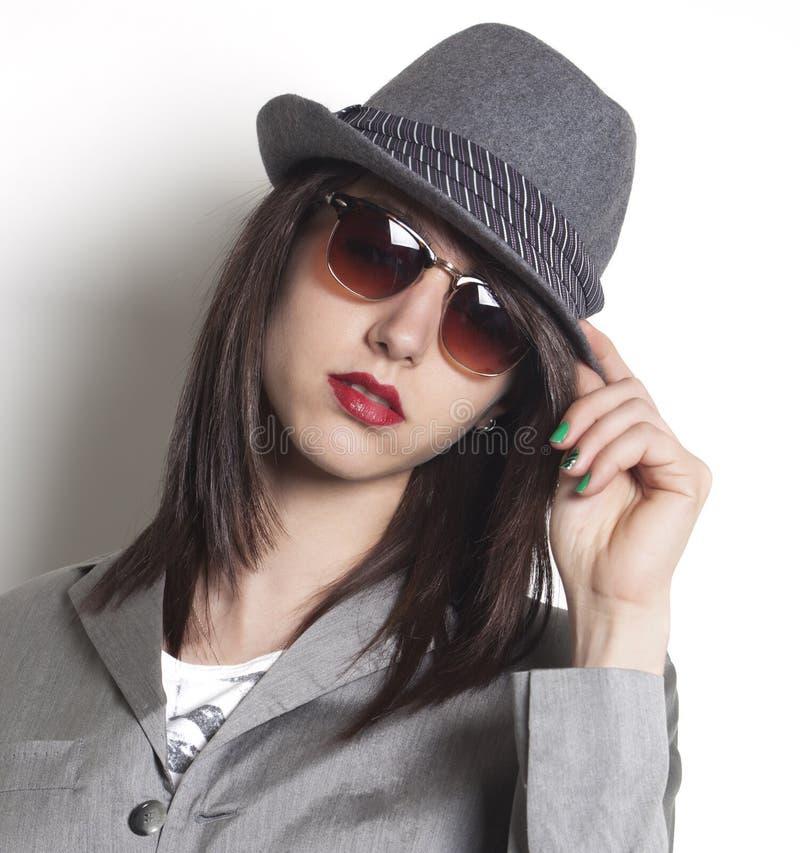 Mujer del gángster que lleva un sombrero y una mirada imagen de archivo