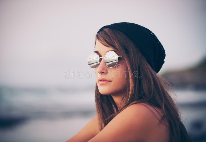 Mujer del inconformista de la moda de los jóvenes imagenes de archivo