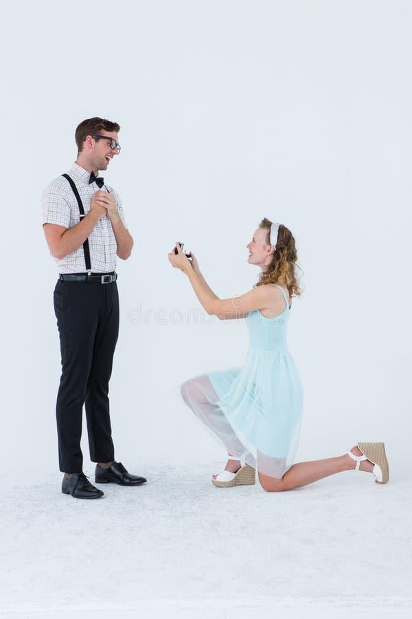 Mujer del inconformista que hace una propuesta de matrimonio a su novio fotografía de archivo