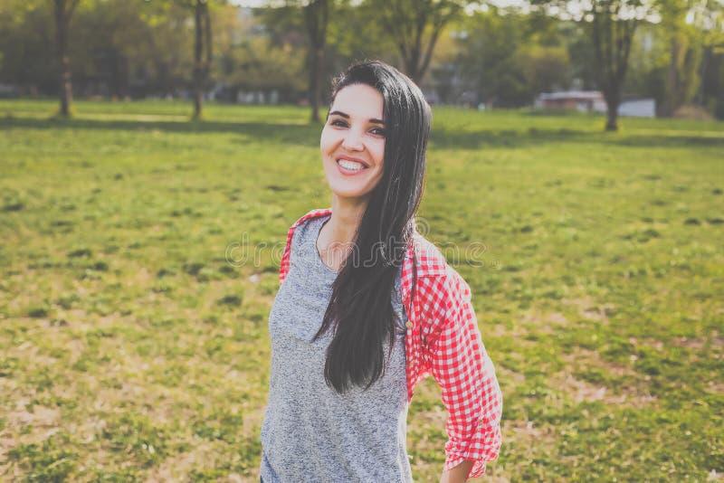 Mujer del inconformista que se divierte en parque imágenes de archivo libres de regalías