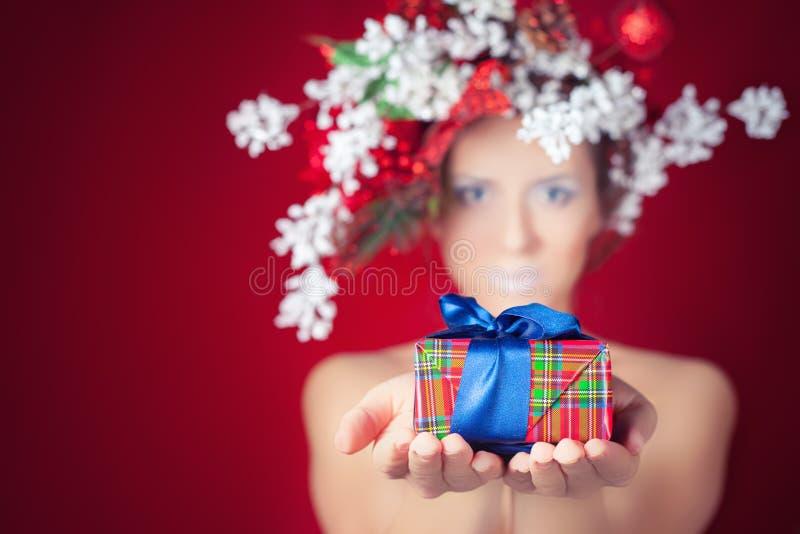 Mujer del invierno de la Navidad con el peinado y el maquillaje, hada mágica del árbol imagen de archivo