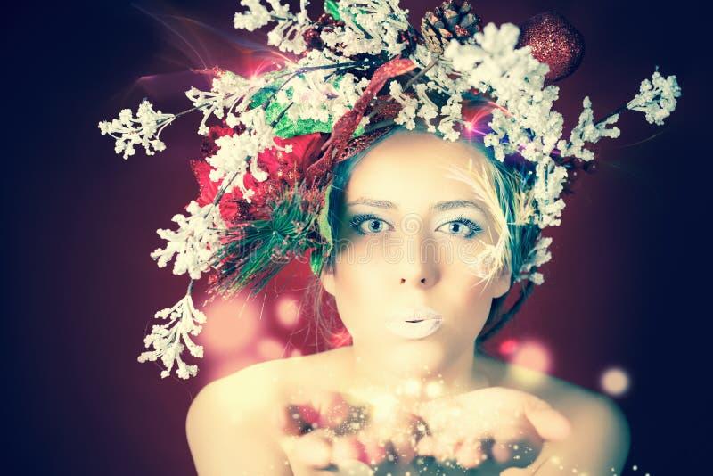 Mujer del invierno de la Navidad con el peinado y el maquillaje, hada mágica del árbol imágenes de archivo libres de regalías